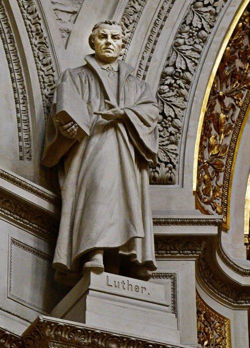 德國-柏林-柏林大教堂內的馬丁.路德雕像