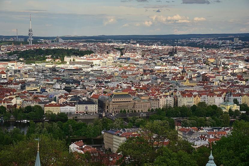 捷克-布拉格-佩特任瞭望塔看新城區的國家歌劇院
