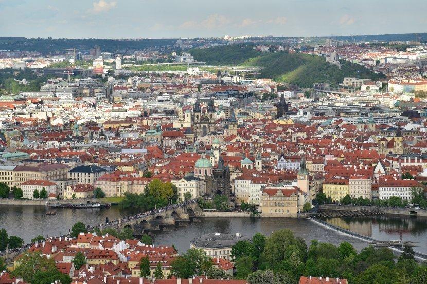 捷克-布拉格-由佩特任瞭望塔拍攝的布拉格舊城區與查理大橋景緻