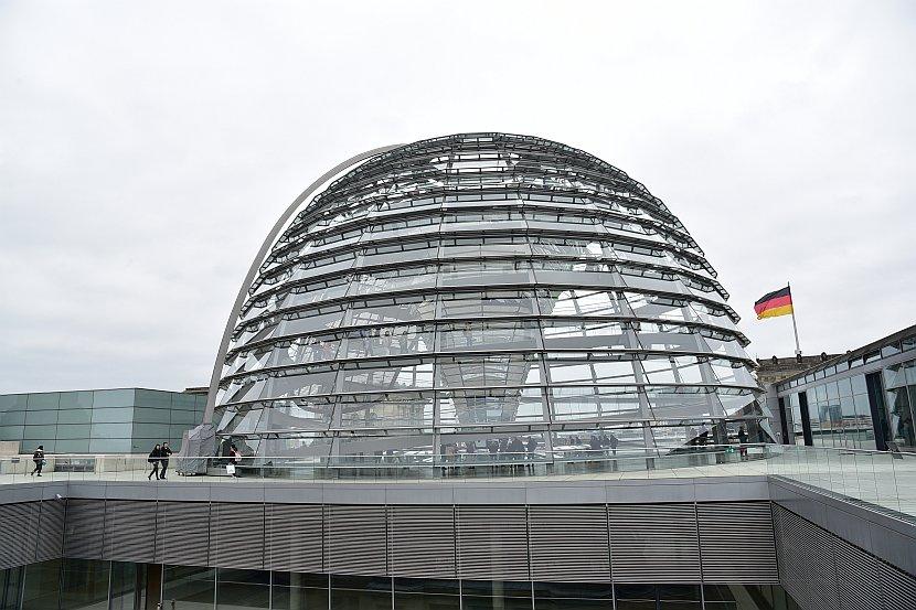 德國-柏林由德國國會大廈玻璃圓頂