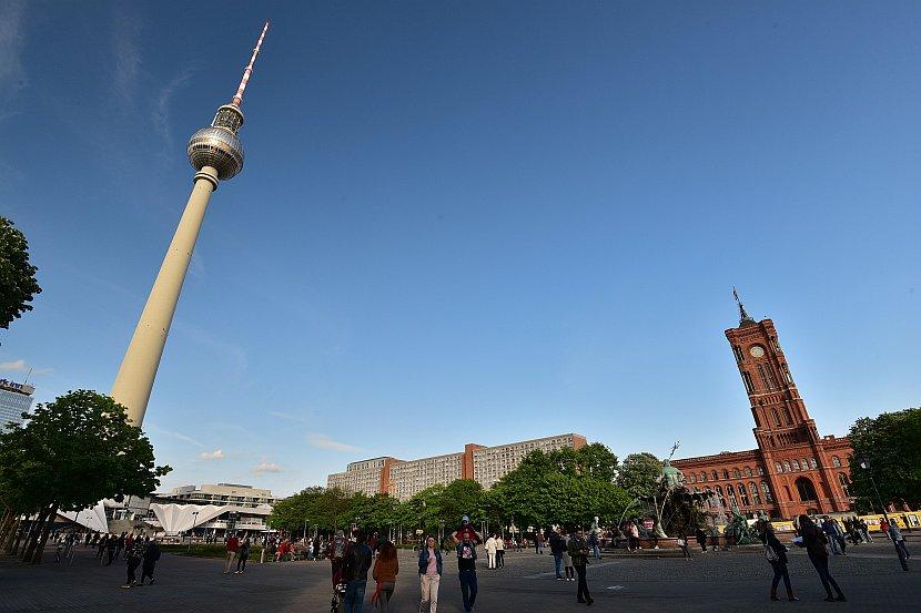 德國-柏林-柏林電視塔與紅色市政廳