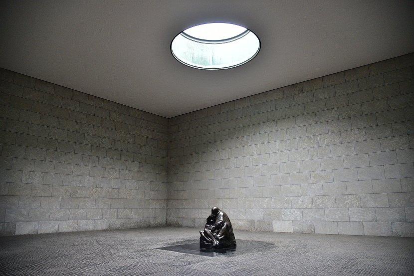 德國-柏林-菩提樹下大道-新崗哨(Neue Wache)-「母親與亡子」雕像