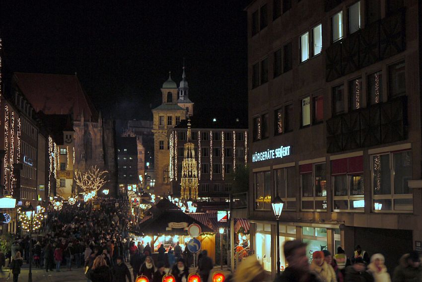 germany-nurnberg-christmas-market-_1160186-4033