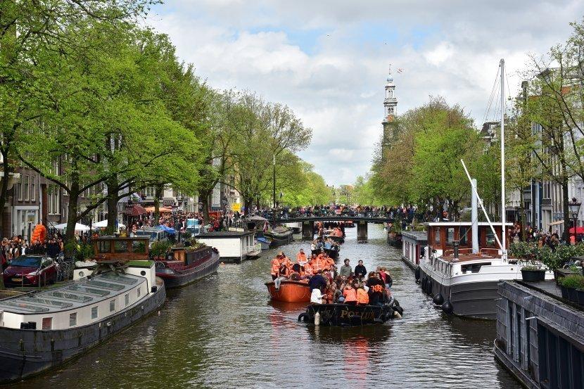 荷蘭-阿姆斯特丹-國王節慶典與高聳的西教堂